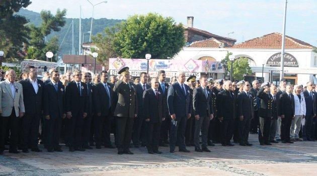 Çeşme'de Atatürk'ü yüzlerce kişi andı
