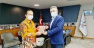 BAŞKAN SANDAL, ENDONEZYA BÜYÜKELÇİSİ'NE 'NUTUK' HEDİYE ETTİ