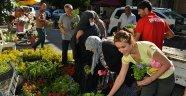 Çiğli Belediyesi Arife Günü'nde Çiçek Dağıttı
